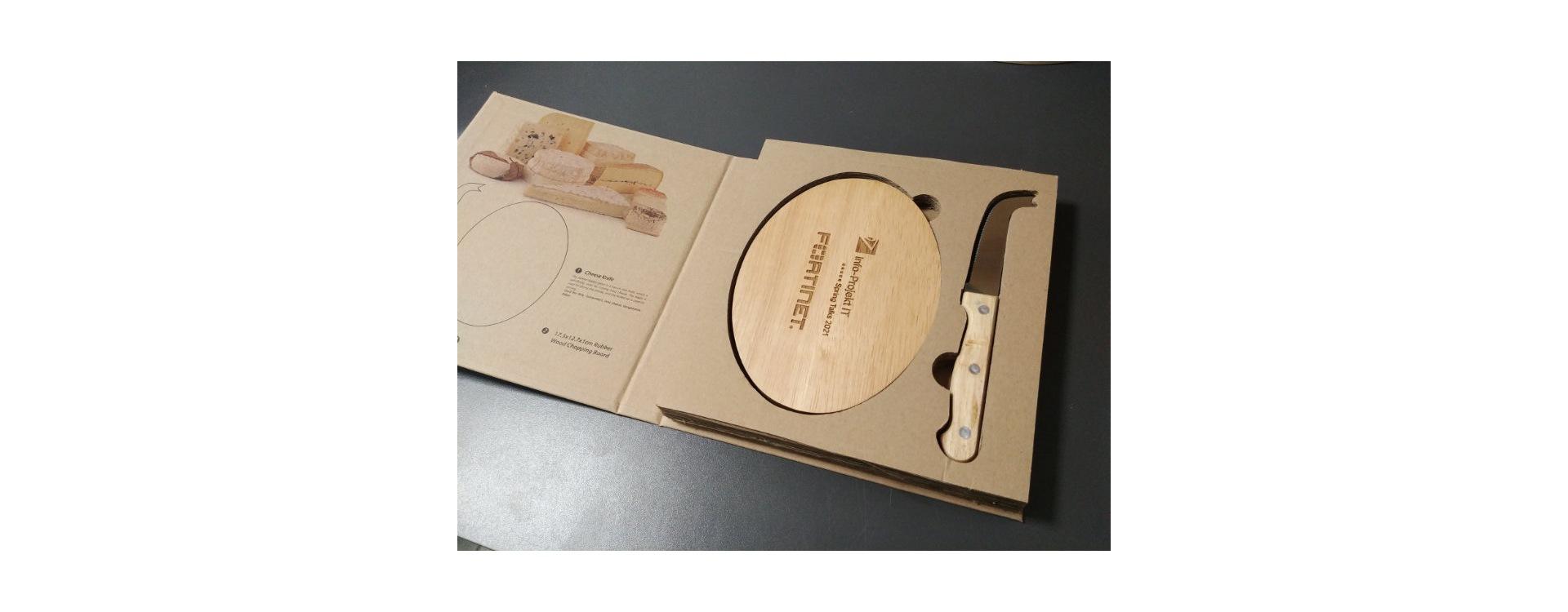 Drewniana deska do serów z grawerem